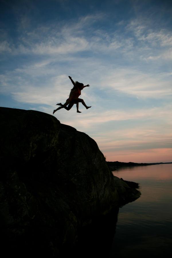 Silhouette jump by oscarhagbard