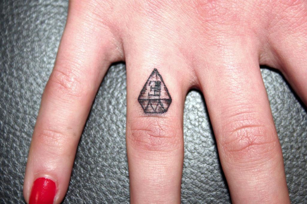 eafbfdaad9ee6 Ceker: Diamond Finger Tattoo