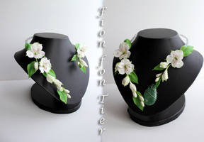 Alstroemeria blossom necklace with a pendant by fion-fon-tier