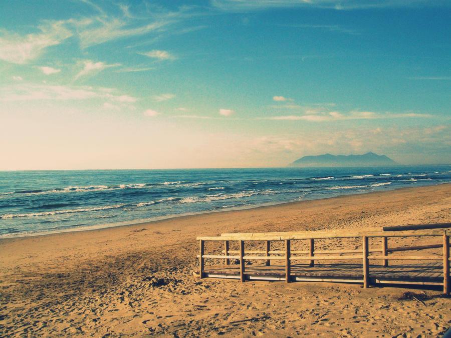 A walk by the winter sea by SonoUnMuffin
