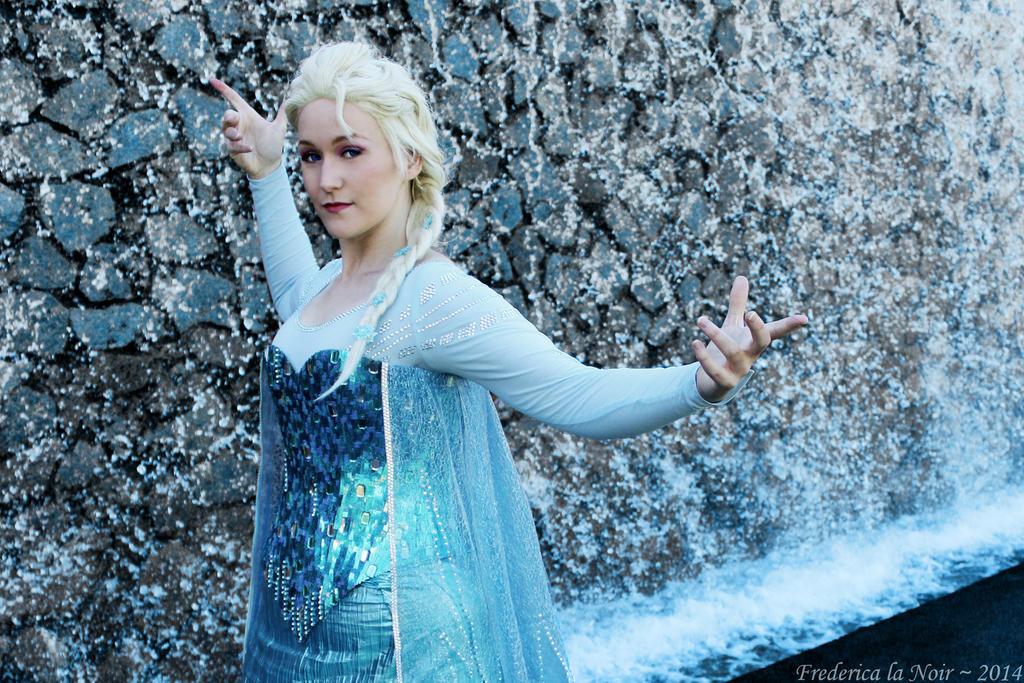Queen Elsa - Let it snow by Frederica-La-Noir