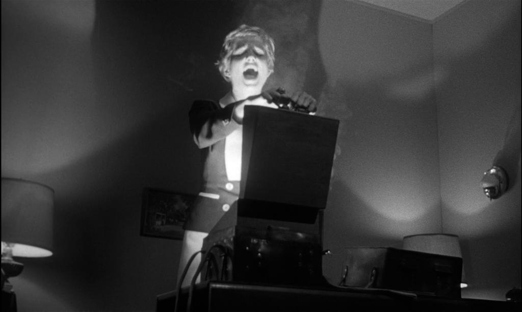 kiss me deadly and film noir Kiss me deadly is an absolute joy to watch film noir se objevuje v americe za tkem 40 let s div cky sp n mi filmov mi adaptacemi rom n tzv drsn koly.