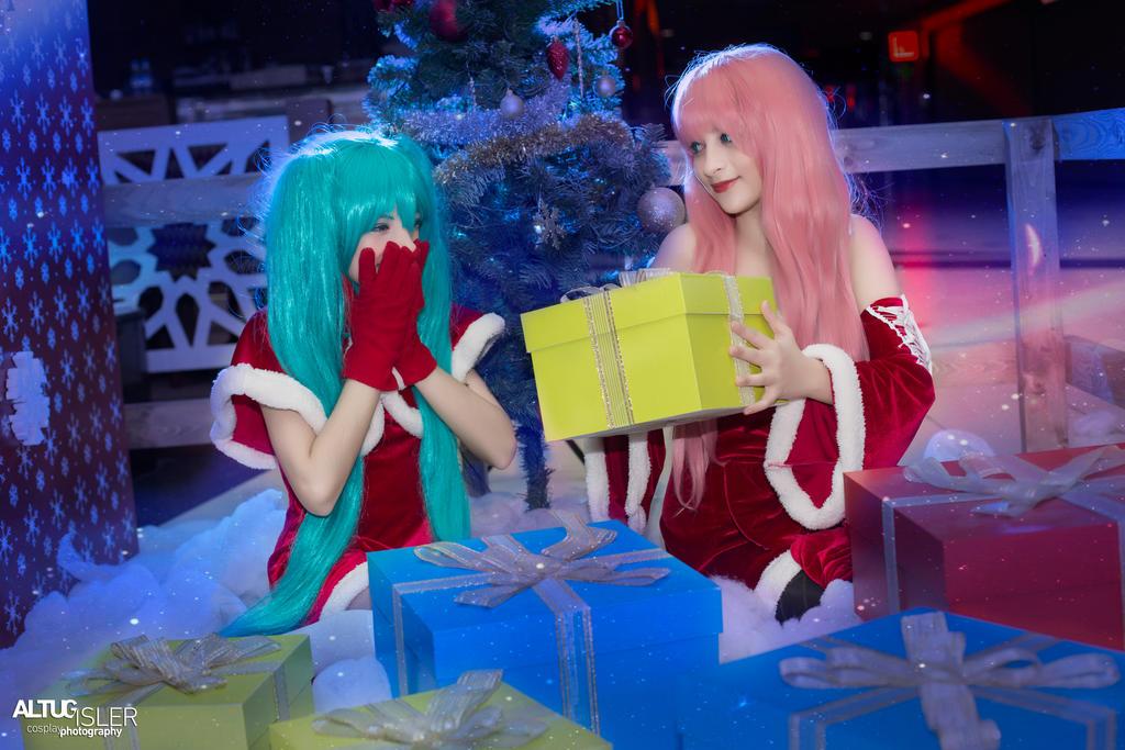 Merry Christmas from Miku - Luka 3 by altugisler