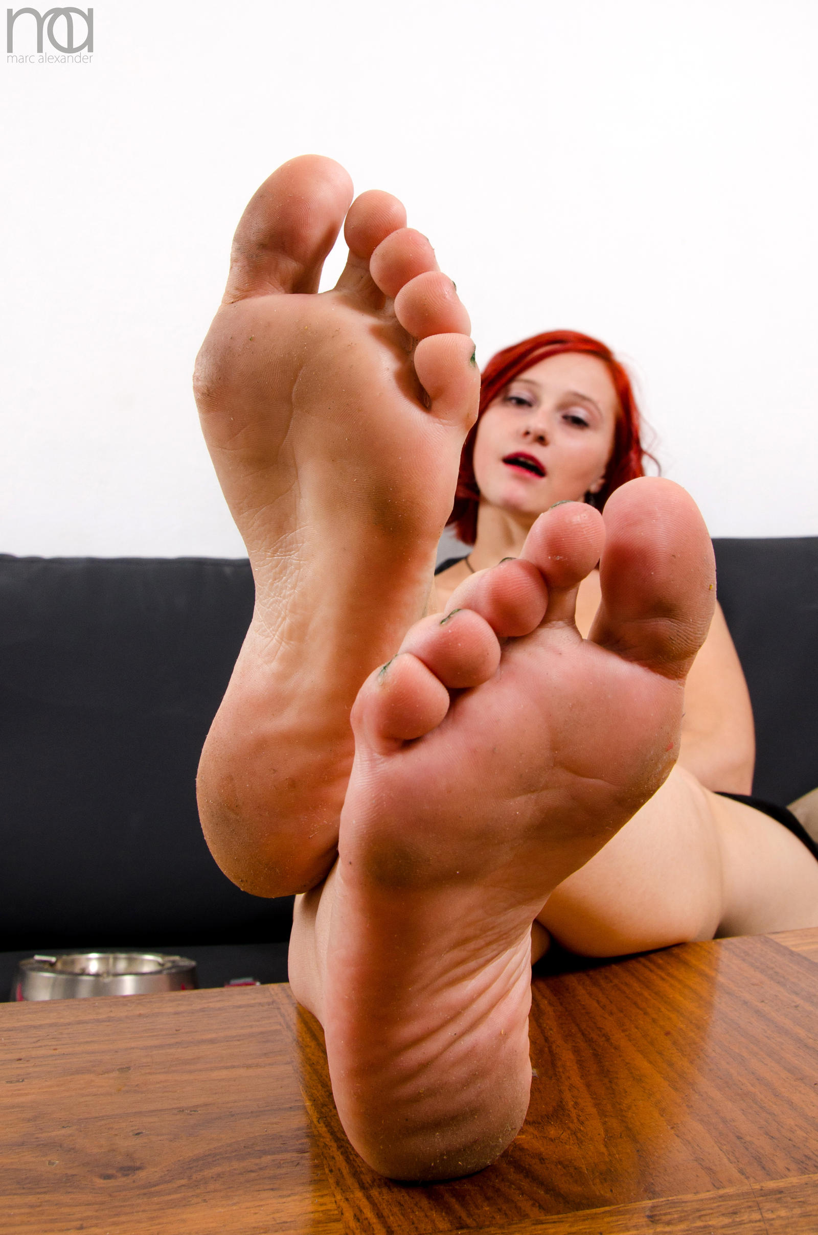Red lipped Michelle Moist licks her bare toes and flaunts her sexy feet № 658405 бесплатно