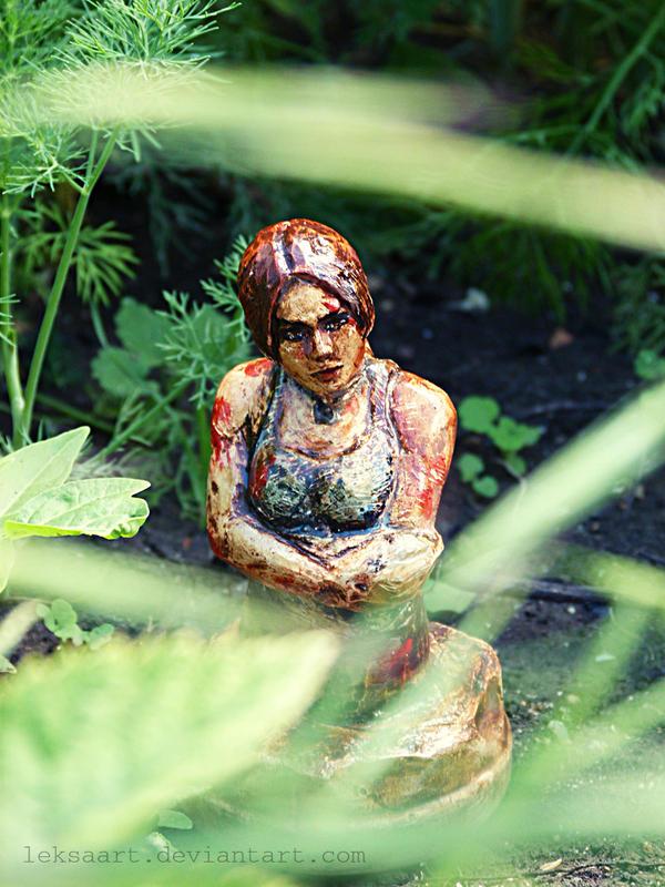Lara Croft Surviror is born sculpture by LeksaArt