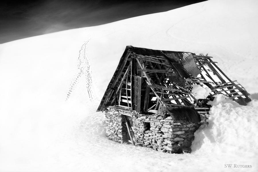 Icy Ruin BW by swrut