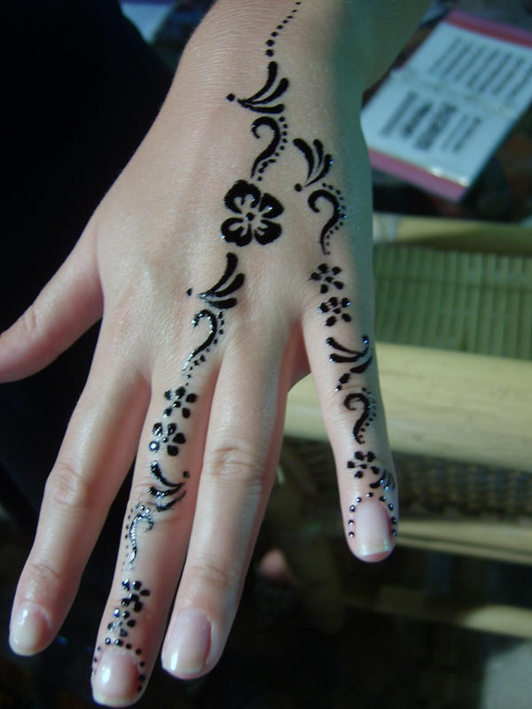 Women Mehndi Henna Tattoo Designs Picture 10