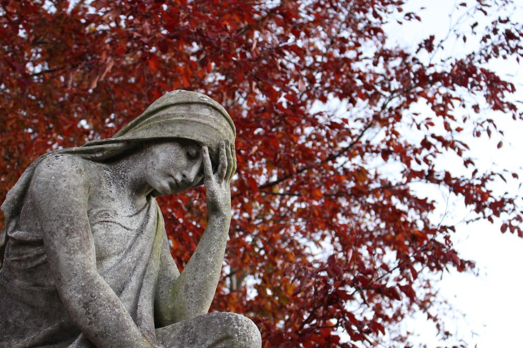 Sad statue by xLaRiex