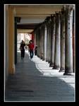 Camminando sotto il portico