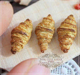 1/12 scale miniature : French croissant.