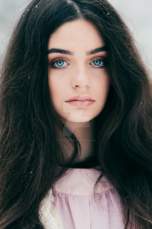 Pretty Girl With Long Brown Hair And Green Images Stock