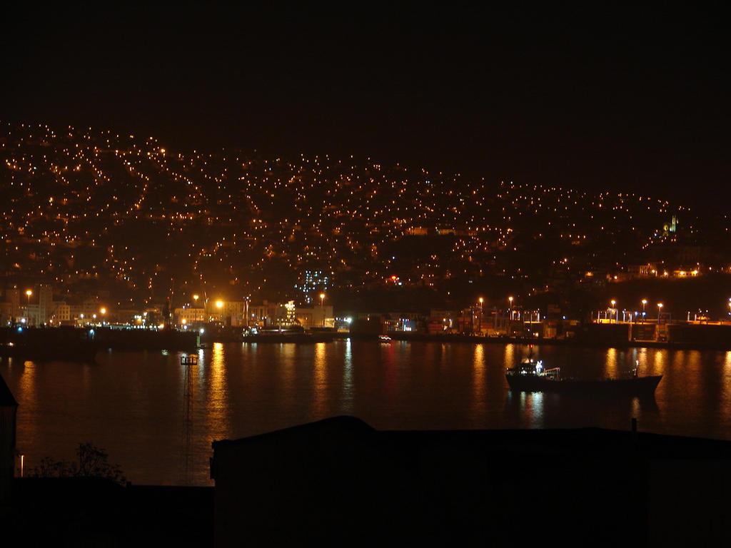 Valparaiso de noche by Capkuro