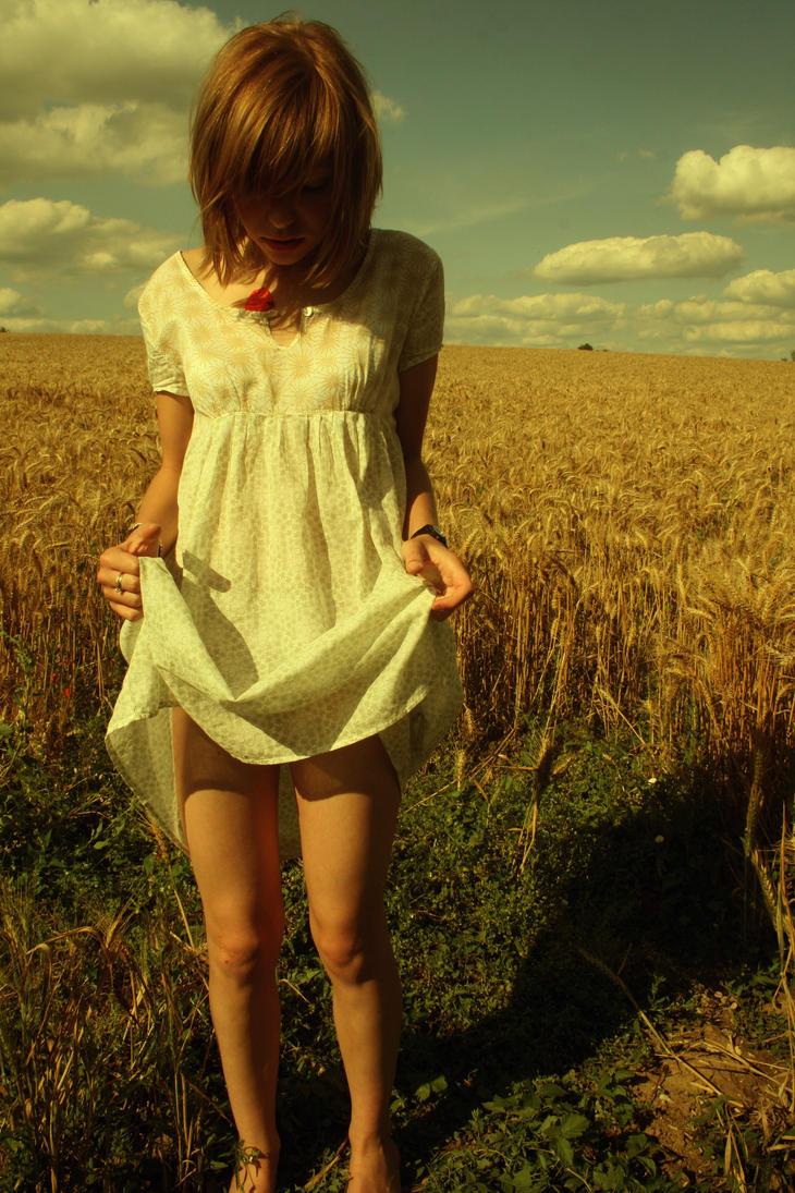 Девушка приподняла платье