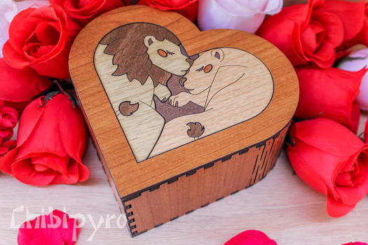 Heart box with lions marquetry
