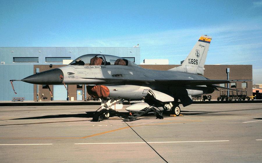 Cai aeronave F-16 da 162th Ala Aérea da Guarda Nacional