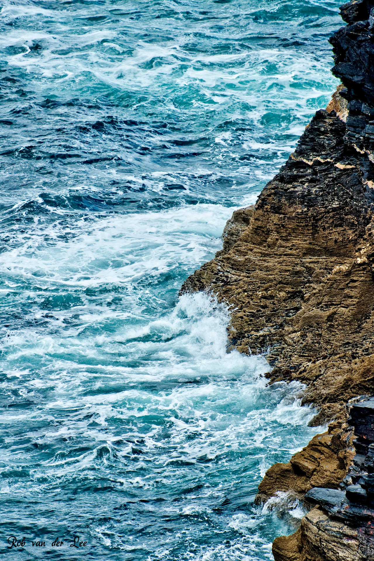 Waves on the rocks by forgottenson1