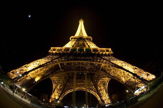 Eiffel tower seen thru fisheye lens