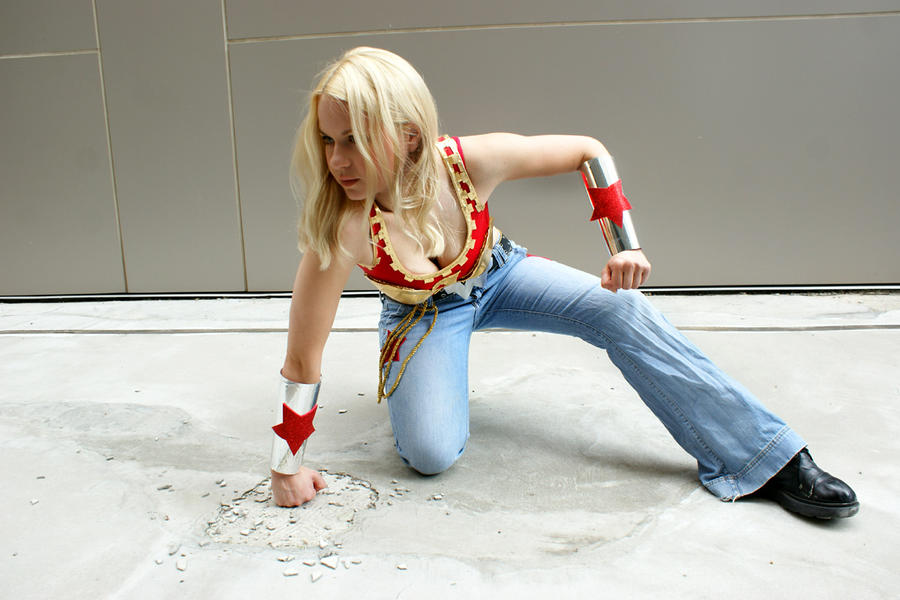 Wonder Girl smash