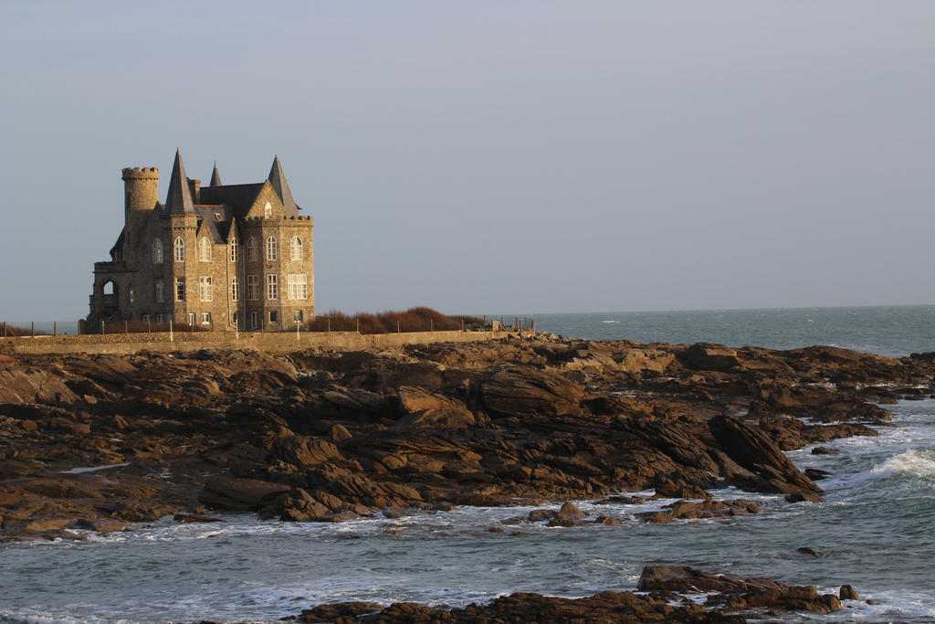 https://img00.deviantart.net/ee57/i/2017/107/1/8/chateau_de_quiberon_by_bloodyxkiss-db66mh4.jpg