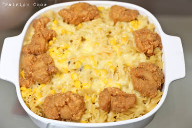 Cheese macaroni with fried chicken nuggets