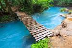 Rio celeste and small wooden bridge
