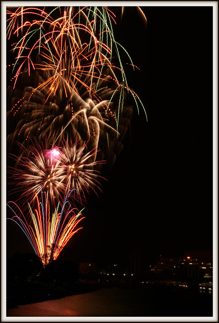 Riverfest Fireworks (g) by Merhlin