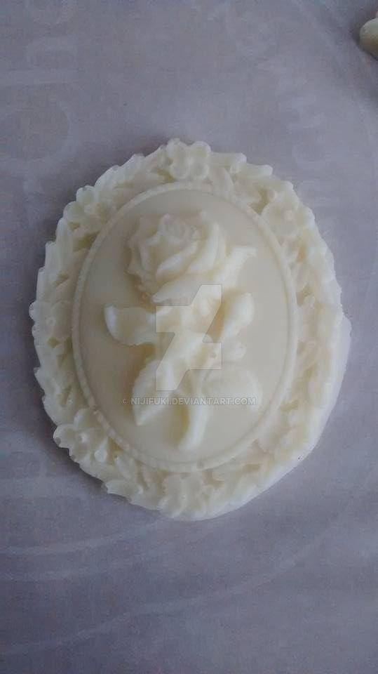 Cameo de chocolat blanc avec motif de rose by nijifuki