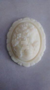 Cameo chocolat blanc jeune femme et raisins by nijifuki