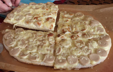Pizza creme, moutard et saucisses a griller by Mergorti