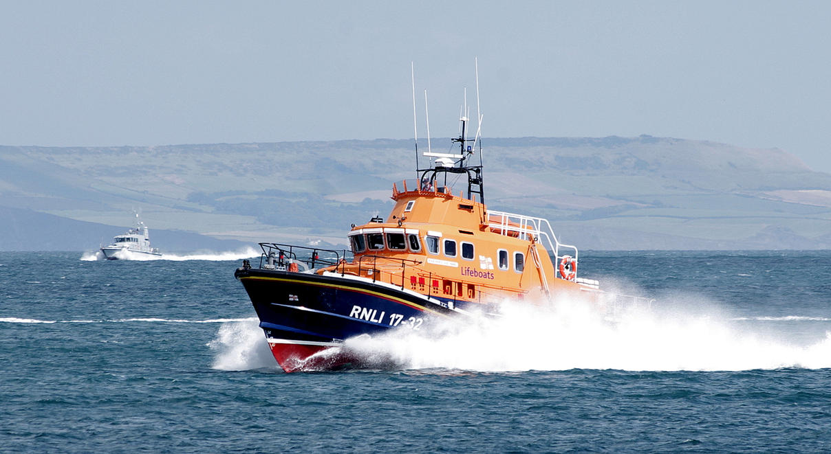 Weymouth Lifeboat 17-32 by stevepoxon
