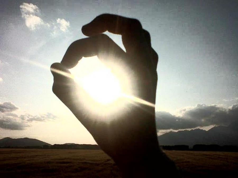http://fc02.deviantart.net/fs71/i/2010/090/5/a/Light_in_my_Hand___by_NIIIGATA.jpg