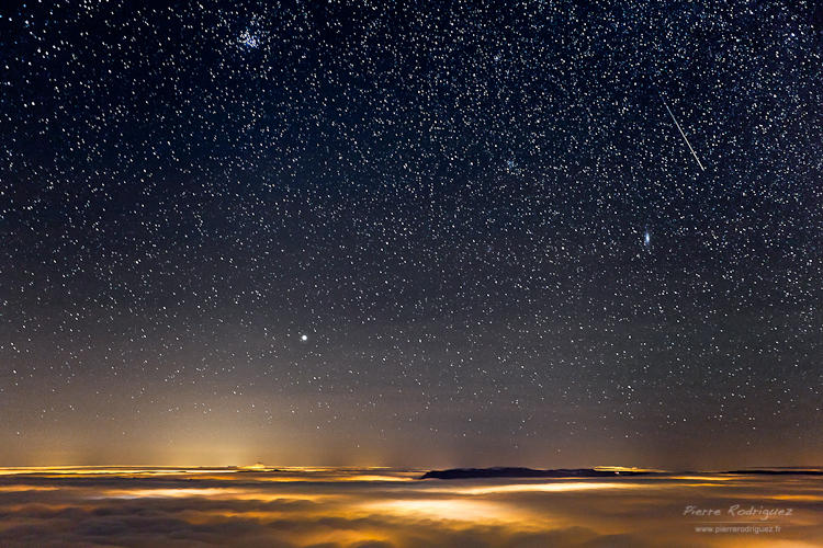 Shooting star and sea of clouds