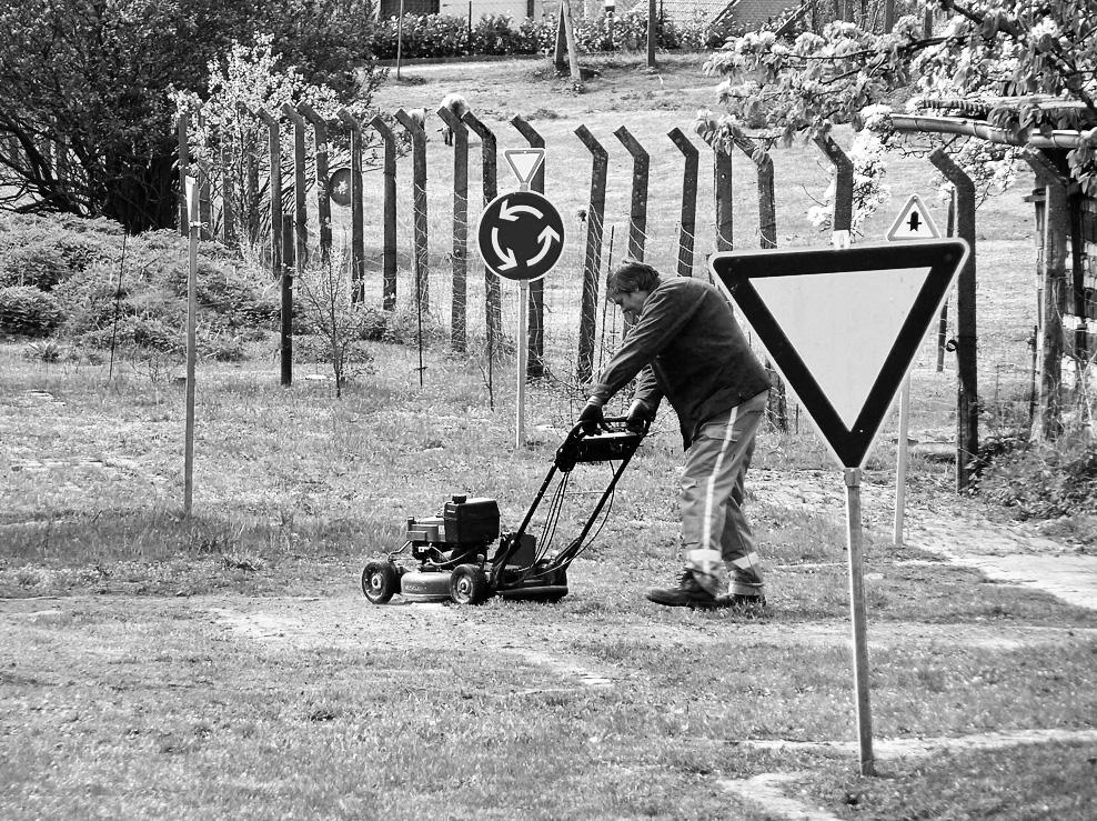 Auch im Garten - Vorfahrt beachten by teetotally