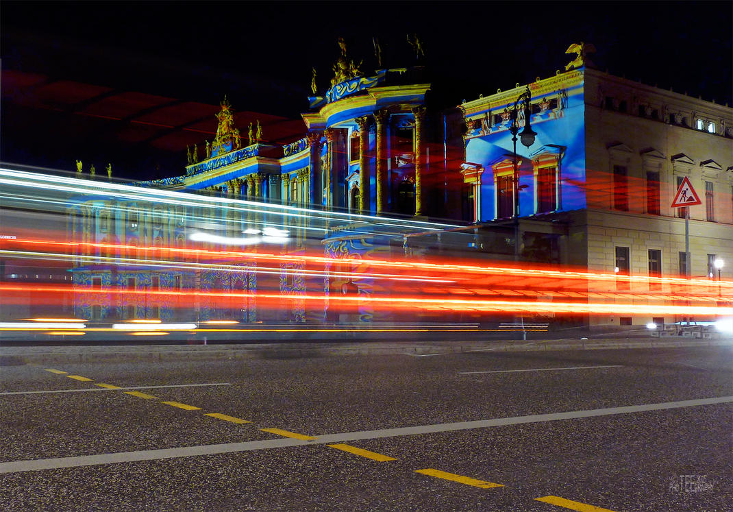 kommt 'n Bus vorbei.... by teetotally