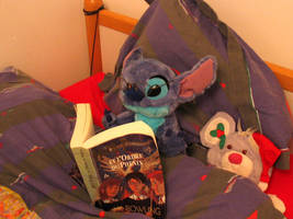 Stitch reading Harry Potter et l'Ordre du Phoenix by DiggerEl7