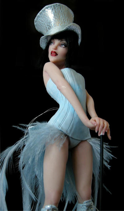 Burlesque Diva close up by wingdthing
