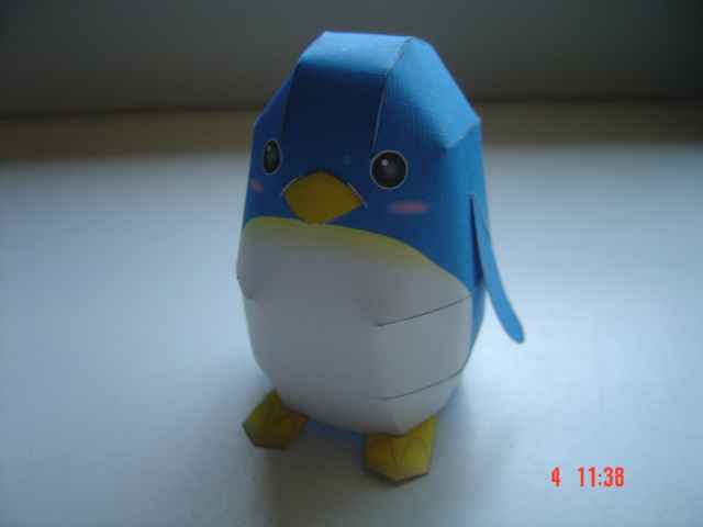Penguin Papercraft by Vargaskyld