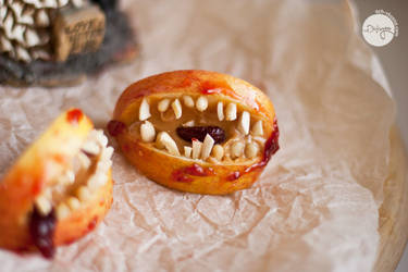 Apple jaws for Halloween (vegan)