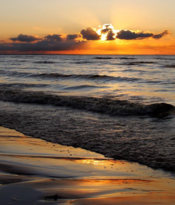 Bursztynowe Morze Amber_embrace_by_wormwood_doll-d6o60a3