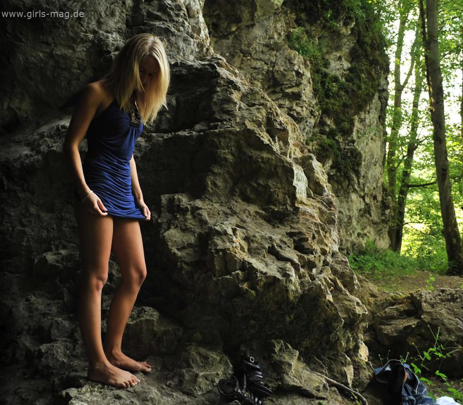 http://img07.deviantart.net/92fc/i/2010/207/5/4/cave_girl_by_val_mont.jpg
