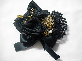 Black x gold rose brooch by Ayumui