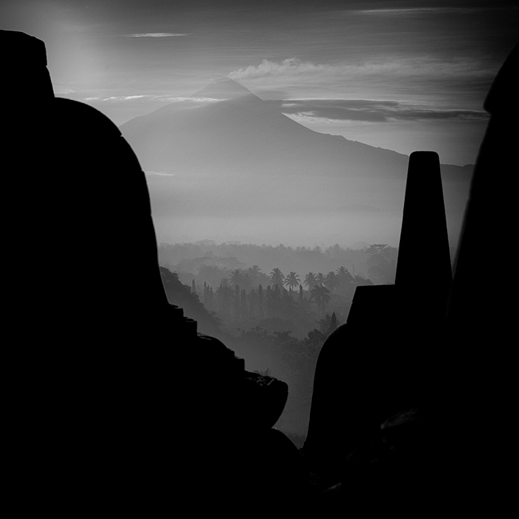 peeking borobudur by Hengki24