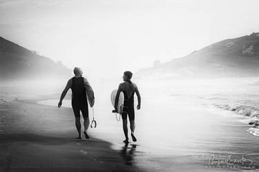 Surfers bond by Miguel-Santos