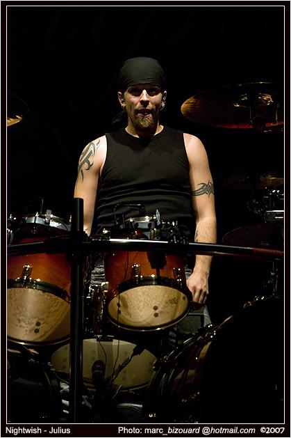 http://fc02.deviantart.com/fs20/f/2007/295/3/4/1__Nightwish__Mtl_2007__by_chairshotmyu.jpg