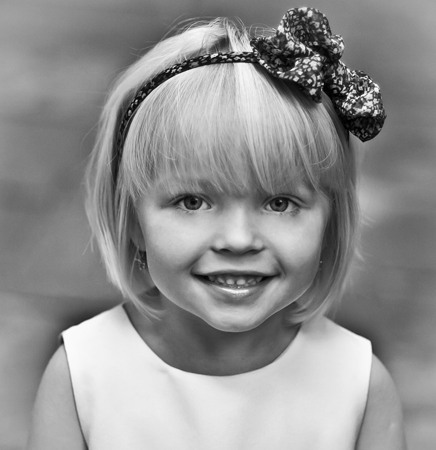 черно-белое фото милой улыбающейся девочки. черно-белое фото милой улыбающейся девочки - b Нажмите чтобы открыть