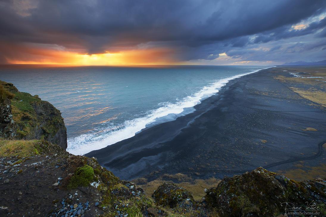The endless Black Sand Beach by LinsenSchuss