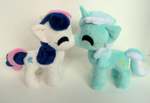 LyraBon kissies