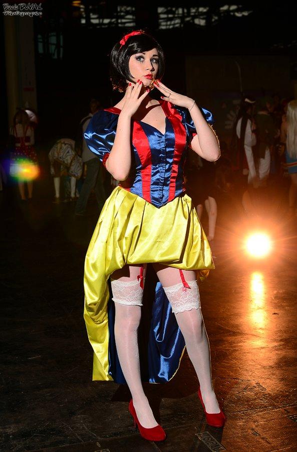 Milf performs dressed as snow white