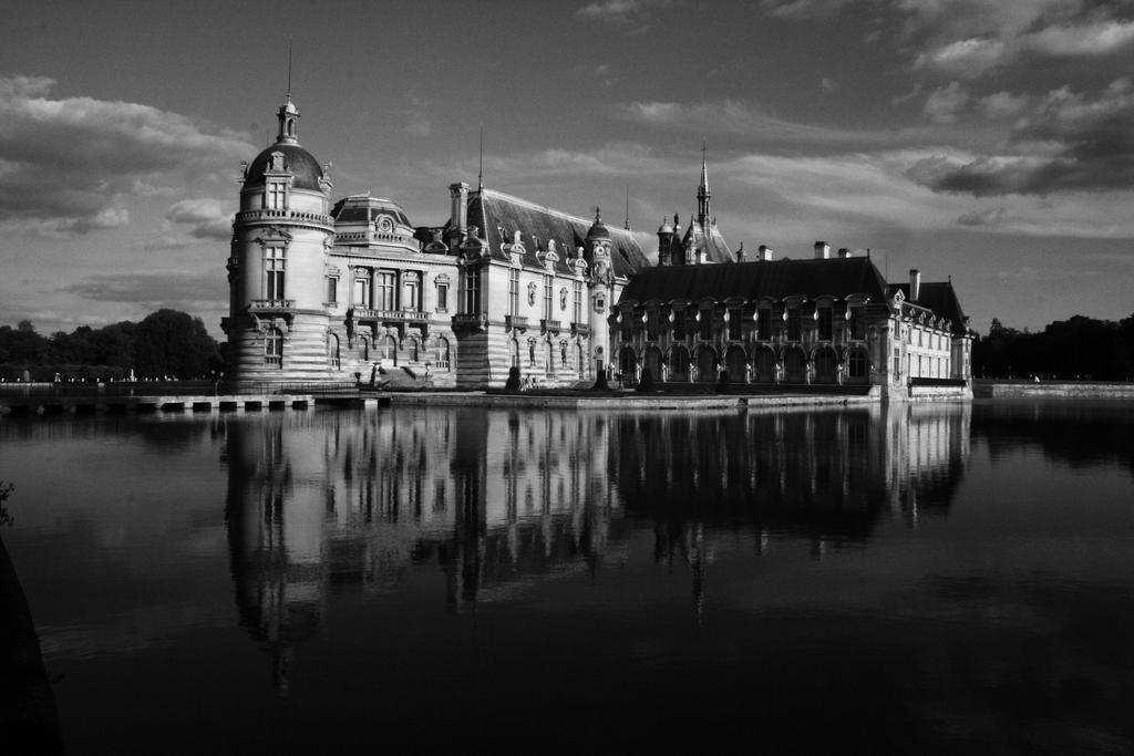 Chateau de Chantilly en NB by 11st