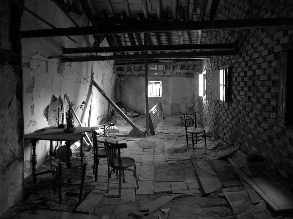 http://fc02.deviantart.com/fs13/i/2007/080/4/2/Abandoned_House_by_Vonjuntz.jpg